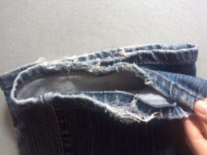 2. Farkkujen lahkeet, jotka ovat täysin hajalla. Näissä farkuissa on kyllä polvikin puhki.