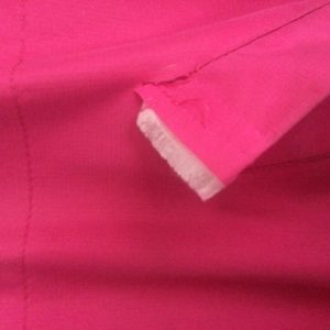 4. Lapsen ulkotakin tasku on mennyt rikki. Muuten ehjä takki, joskin jo vuosia vanha ja ainakin kahdella lapsella ollut. Tämän voisi korjata, jos olisi ompelukone.